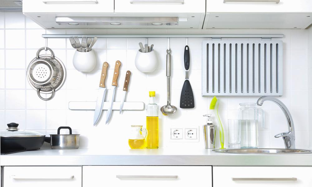 Talheres e panelas pendurados na cozinha