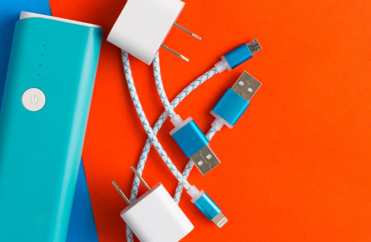 Saiba como esconder fios e cabos de energia na sua casa