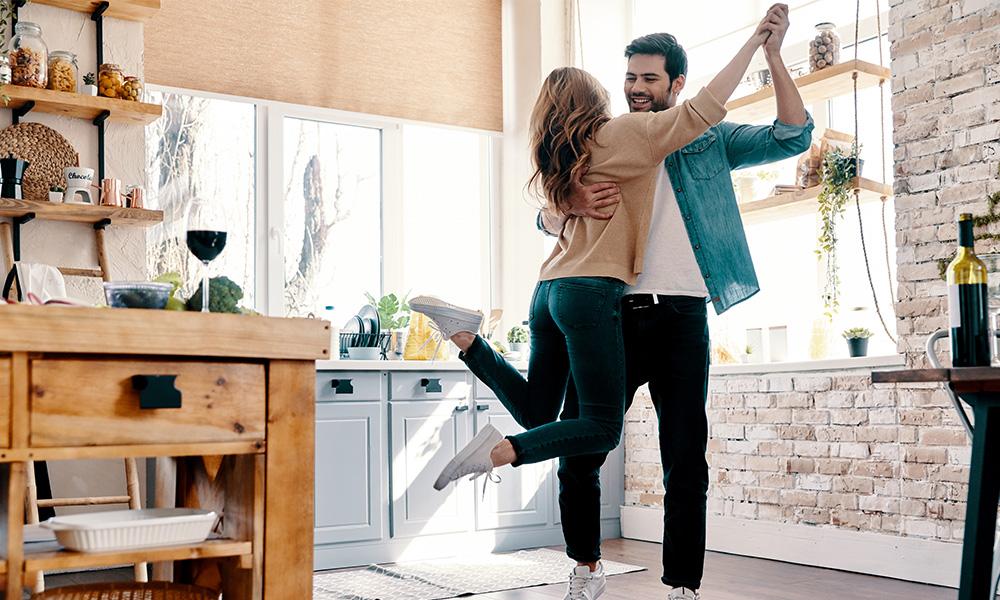 Casal dançando na cozinha