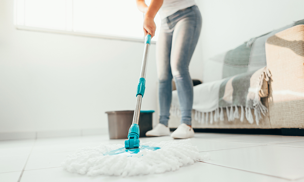 Dona de casa passando pano