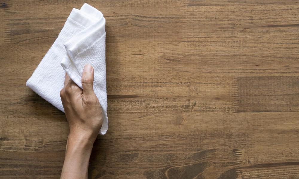 Pano seco para remover o pó da superfície do móvel