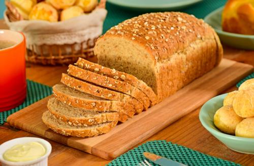 Pão caseiro delicioso, saindo do forno!