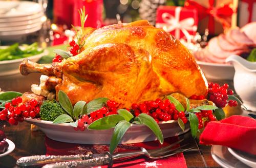 Aprenda a fazer um peru recheado com batatas assadas para este Natal