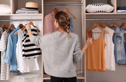 Dicas práticas para organizar o seu guarda roupas